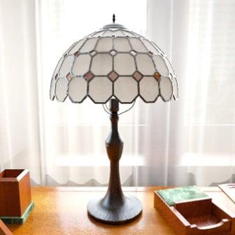 Valkoinen pöytälamppu