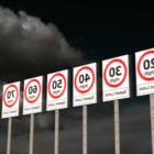 Panneaux de limitation de vitesse sur route