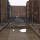 Scena bagnata della via della città